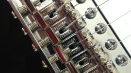 Fender_Stratocaster_tremolo_bridge